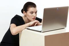 Härlig och smart flicka med en bärbar dator Dator sinnesrörelser Royaltyfria Foton