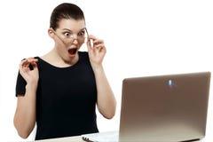 Härlig och smart flicka med en bärbar dator Dator sinnesrörelser diskett Royaltyfria Bilder
