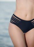 Härlig och sportig kropp för mage av den sexiga kvinnan i bikini Royaltyfri Fotografi