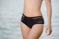 Härlig och sportig kropp för mage av den sexiga kvinnan i bikini Royaltyfria Foton