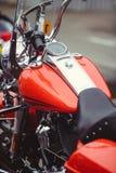 Härlig och stilfull behållare av den röda motorcykeln, den moderna klassikern och säkerhet Royaltyfria Foton
