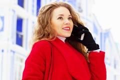 Härlig och stilfull för blont hår flicka för barn, i rött lag som talar på hennes telefon Kvinnors mode Royaltyfria Bilder