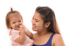 Härlig och stilfull gravid moder med den hållande dottern för långt hår med händer i luften Arkivfoton