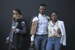 Härlig och stilfull kvinna och man som poserar under den London modeveckan Arkivfoton