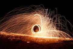 Härlig och stor brandshow för wonderfu på natten Arkivbild