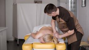 Härlig och sund kvinna för barn som, får alternativ massagebehandling lager videofilmer