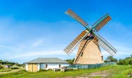 Härlig och traditionell halmtäckt väderkvarn i tysk Nordsjönby Royaltyfri Fotografi