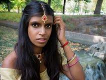 Härlig och ung traditionell indisk kvinna med trevliga ögon Arkivfoton