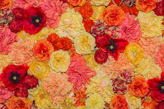 Härlig orange bakgrund för konstgjorda blommor Fotografering för Bildbyråer