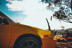 Härlig orange bil Parkerat i bergen för familjen de royaltyfri bild