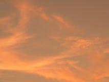 Härlig orange himmel för suddighet Solnedgångsoluppgång i bakgrund Abstrakt orange sky Dramatisk guld- himmel på solnedgångbakgru Royaltyfri Bild