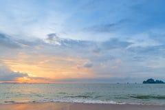härlig orange solnedgång i hörnet för lägre vänstersida av ramen, Royaltyfria Bilder