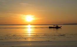 Härlig orange solnedgång vid sjösidaloppfotoet Royaltyfri Bild