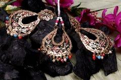 Härlig orientalisk konstgjord guld- smyckenindier, arab, afrikan, egyptier Exotisk tillbehör för mode, asiatiska guld- smycken T royaltyfri bild