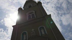 Härlig ortodox kyrka mot en bakgrund av ljus blå himmel stock video
