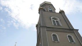 Härlig ortodox kyrka mot en bakgrund av ljus blå himmel arkivfilmer
