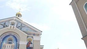 Härlig ortodox kyrka mot en bakgrund av ljus blå himmel lager videofilmer