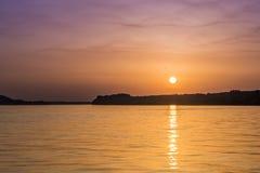 Härlig overklig abstrakt färgrik solnedgång på Danubet River Arkivfoto