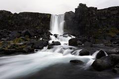 Härlig Oxararfoss vattenfall i den Thingvellir nationalparken, västra Island Arkivfoto
