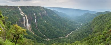 Härlig panorama av de sju systervattenfallen nära staden av Cherrapunjee i Meghalaya arkivfoton