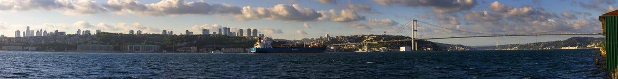 Härlig panorama av Istanbul och denasiat bron royaltyfria bilder