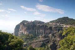 Härlig panorama vaggar på och Meteora kloster - under av G Arkivfoton