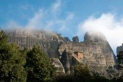 Härlig panorama vaggar på och Meteora kloster - under av G Royaltyfri Fotografi