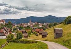 Härlig panoramautsikt av bergbyn Bermersbach germany royaltyfri foto
