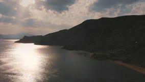 Härlig panoramautsikt av bergen och havet som filmar från över Flyg- skytte från shorelinen på arkivfilmer
