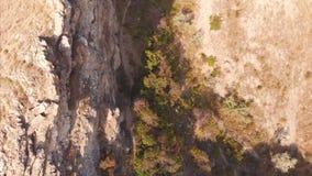 Härlig panoramautsikt av bergen och havet som filmar från över Flyg- skytte från shorelinen på ett soligt stock video