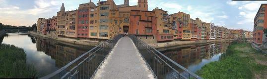 Härlig panoramautsikt av de berömda färgerna av Girona royaltyfria foton