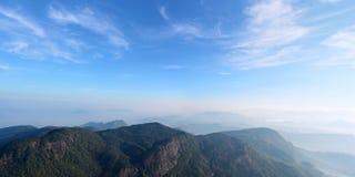 Härlig panoramautsikt av de dimmiga bergen och dalen från Arkivbild