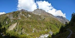 Härlig panoramautsikt av de Himalayan bergen på vägen till den Khambachen byn Kangchenjunga Nepal arkivbilder