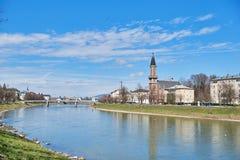 Härlig panoramautsikt av den historiska staden av Salzburg med den Salzach floden i sommar, Salzburg, Salzburger land, Österrike royaltyfri bild