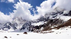 Härlig panoramautsikt av himalayasna som slås in i moln Arkivbilder