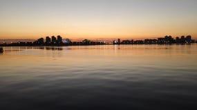 Härlig panoramautsikt av nattstaden från floden royaltyfri bild