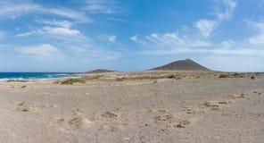 Härlig panoramautsikt av Playaen de Montana Roja och röd Mo Arkivbild