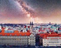 Härlig panoramautsikt av Prague broar på floden Vltava på solnedgången Arkivfoton