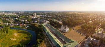 Härlig panoramautsikt av Suzdal i sommar på soluppgång Uppståndelsekyrka på marknadsfyrkanten i Suzdal Suzdal är arkivbilder