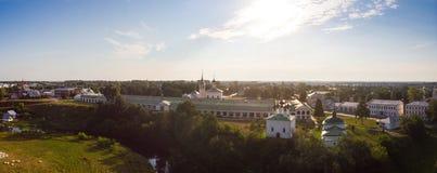 Härlig panoramautsikt av Suzdal i sommar på soluppgång Uppståndelsekyrka på marknadsfyrkanten i Suzdal Suzdal är royaltyfri bild