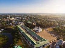 Härlig panoramautsikt av Suzdal i sommar på soluppgång Uppståndelsekyrka på marknadsfyrkanten i Suzdal Suzdal är royaltyfria bilder
