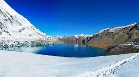 Härlig panoramautsikt av Tilicho sjön på den Annapurna strömkretsen Tr Royaltyfri Fotografi