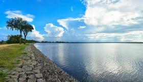 Härlig panoramautsikt av Tissaen Wewa, Anuradhapura, Sri Lanka Arkivfoton