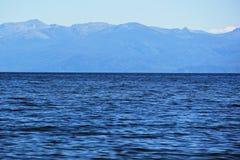 Härlig panoramautsikt för Lake Baikal och berg i Buryat royaltyfri bild