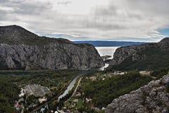 Härlig panoramautsikt på flodkanjonen Arkivfoto