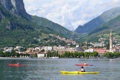 Härlig panoramautsikt till den Lecco lakefronten i en dag- och kanotgenomkörare för sommar solig på sjön av Lecco arkivfoto