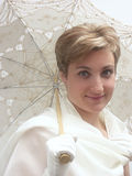 härlig paraplykvinna Arkivbild