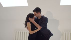 Härlig pardansbachata i vitt rum stock video