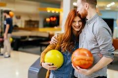 Härlig pardatummärkning och bowling Arkivfoton