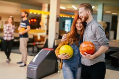 Härlig pardatummärkning och bowling Royaltyfri Foto